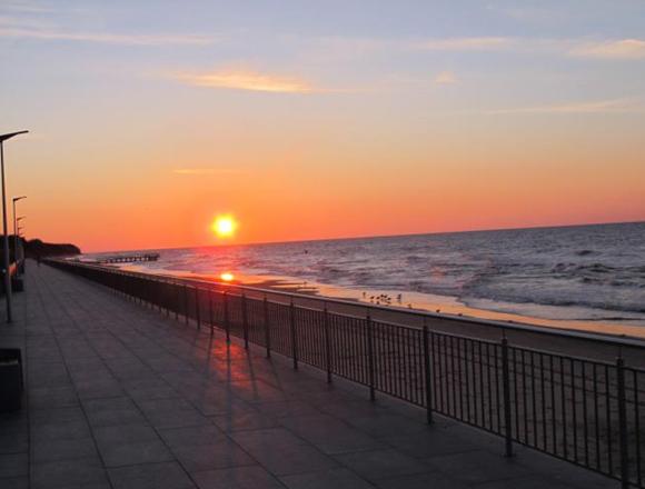 Zachód słońca, plaża Sarbinowo, Domki na wynajem
