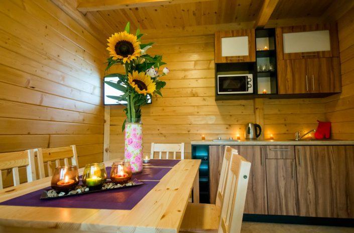 Wspólne posiłki przy stole, domki letniskowe, Sarbinowo