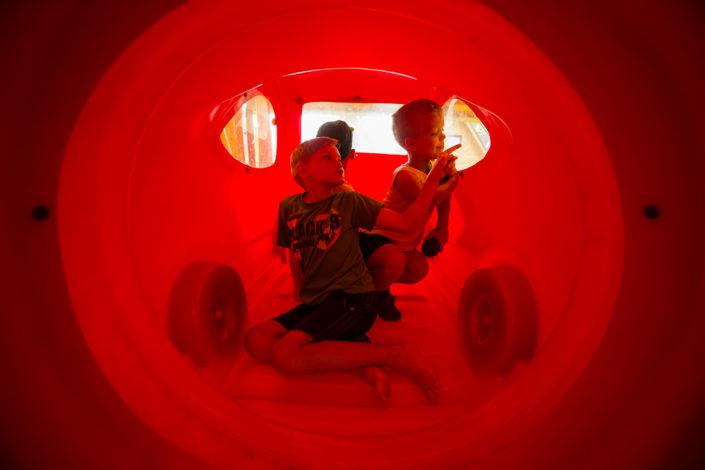 Czerwone autko dla dzieci, wczasy nad morzem domki, Sarbinowo