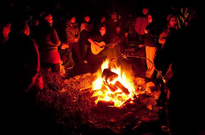 Zabawa przy ognisku, wczasy nad morzem domki, Sarbinowo